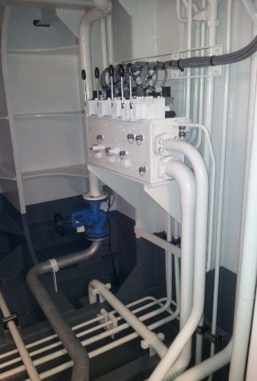Manifold and piping of hydraulic system on board of a CSD