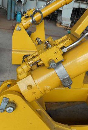 Hydraulic cylinder with manifold