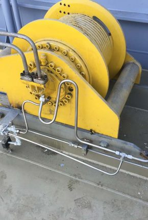 Winch with hydraulic piping